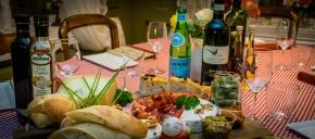 Italienske delikatesser på et fat.